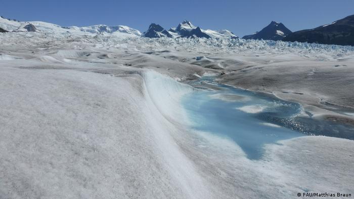 El hielo se derrite y el agua se acumula en la superficie del glaciar.