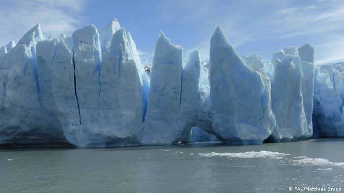 La causa de la gran pérdida de hielo en la Patagonia no sólo se debe a factores climáticos, sino también a adaptaciones dinámicas de posición. El glaciar Grey, en Campos de Hielo Sur, alimenta el lago del mismo nombre, en el parque Torres del Paine.