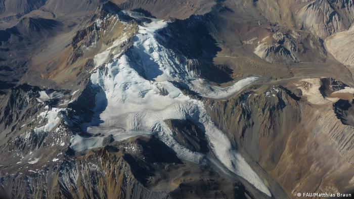 Esta perspectiva aérea de los Andes centrales, zona fronteriza de Chile y Argentina, muestra un complejo panorama. El estudio mostró un adelgazamiento glaciar promedio en los Andes centrales de 10 centímetros por año. Aunque el valor no es muy alto, en comparación con otras regiones, confirma la preocupante tendencia. Entre las consecuencias está, además, el riesgo de aluviones.