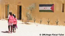 Two young girls carrying red UNICEF backpacks walk side by side (DW/Hugo Flotat-Talon )