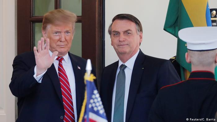 Trump acena ao lado de Bolsonaro, em reunião na Casa Branca