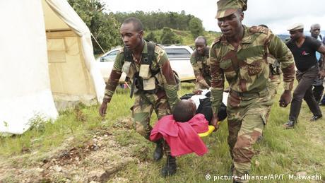 Rettungseinsätze nach Wirbelsturm «Idai» Soldaten bringen einen Verletzten zum Hubschrauber