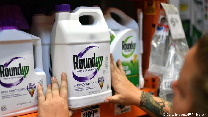 El gigante farmacéutico y agroquímico alemán Bayer anunció este miércoles (24.06.2020) que acordó pagar hasta 10.900 millones de dólares en un acuerdo masivo con demandantes estadounidenses que dicen que el herbicida Roundup, fabricado por la unidad Monsanto, es el causante del cáncer que padecen (24.06.2020).