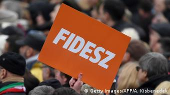 Ungarn Logo Partei Fidesz (Getty Images/AFP/A. Kisbenedek)