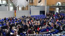 20.03.2019, Berlin: Abgeordnete nehmen an einer namentlichen Abstimmung im Bundestag teil. Thema der Debatte ist unter anderem das deutsch-französische Parlamentsabkommen. Foto: Monika Skolimowska/dpa-Zentralbild/dpa | Verwendung weltweit
