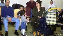 Blick in den Wartesaal für Asylsuchende in der Hamburger Ausländerbehörde, aufgenommen am 4. Sept. 2001. Zwei Tage vor der mit Spannung erwarteten Abstimmung über das Zuwanderungsgesetz im Bundesrat befassen sich die Regierungen der ausschlaggebenden Länder am Dienstag, 19. März 2002 mit dem Thema.