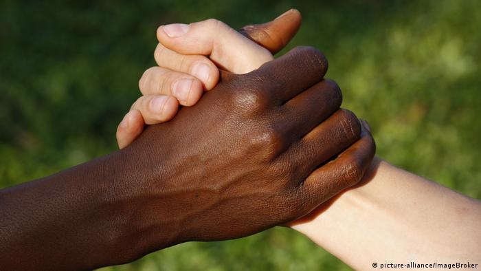 Symbolbild Handschlag Hände schwarz und weiß