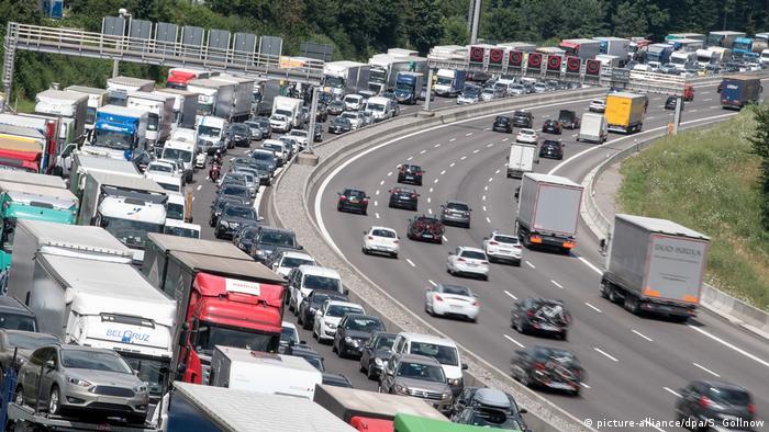 Symbolbild | Autobahn (picture-alliance/dpa/S. Gollnow)