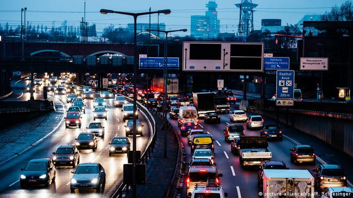 Symbolbild | Autobahn (picture-alliance/dpa/R. Schlesinger)