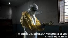 A health care worker puts on protective clothing (picture-alliance/dpa/AP Photo/Medecins Sans Frontieres/J. Wessels)