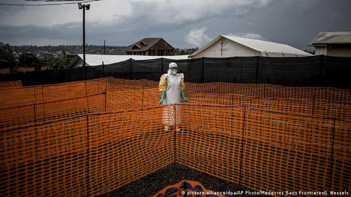 An Ebola health worker in protective clothing outside an isolation reception area (picture-alliance/dpa/AP Photo/Medecins Sans Frontieres/J. Wessels)