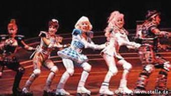 Fünf Tänzer auf Rollerblades fahren über die Bühne