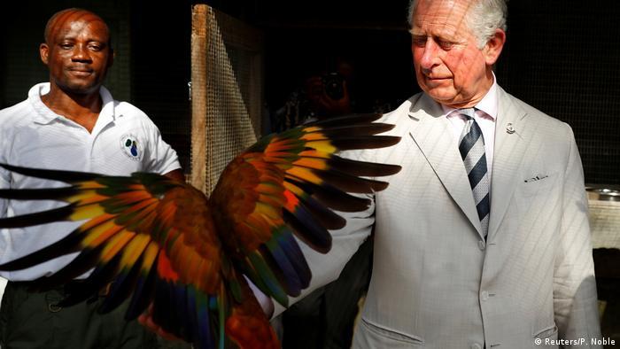 BdTD Prinz Charles mit Vogel (Reuters/P. Noble)