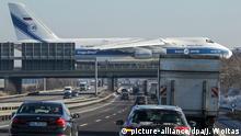 Antonov kreuzt die Autobahn Flugzeug Leipzig