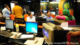 Journalists gather in the newsroom of Geo Television in Karachi: traditional media in Pakistan still lack investments in digital journalism (photo: Getty Images /Asif Hassan)