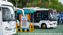 Alphabus smart buses with self-driving bus technology are pictured at a base in Shenzhen city, south China's Guangdong province, 9 May 2018. The self-driving bus technology was tested on a public road in Shenzhen in the end of last year. Four Alphabus smart buses made the inaugural trial run on a route of 1.2 kilometers in the bonded zone of Futian. They ran at 10-30 km per hour and halted at three stops during the test. The buses used the limited self-driving technology, with a driver sitting behind the wheels, ready to take charge in an emergency. The bus is developed under a pilot project on future new energy and smart bus system, initiated by the National Intelligent Transport Systems Center of Engineering and Technology and the Shenzhen Bus Group. Foto: Blanches/Imaginechina/dpa  