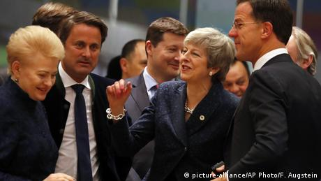 Theresa May speaks with other leaders at an EU summit in Brussels (picture-alliance/AP Photo/F. Augstein)