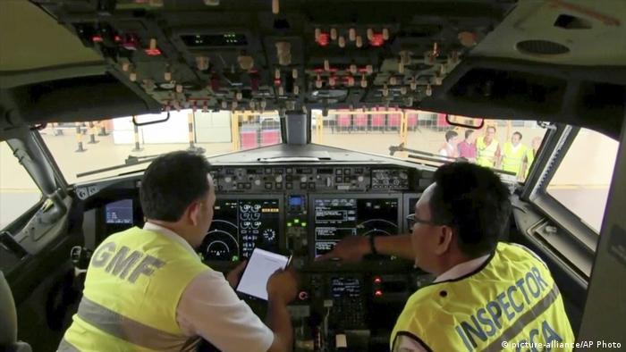 Indonesien Inspektion einer Boeing 737 Max 8 (picture-alliance/AP Photo)