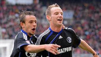 Schalkes Ivan Rakitic (rechts) feiert sein Tor mit Teamkollegen Rafina (AP Photo/Daniel Maurer)
