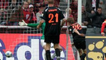 Kölns Milivoje Novakovic (rechts) macht sein erstes Saisontor (AP Photo/Hermann J. Knippertz)