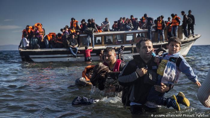 Fluchtweg Wasser Viele Flüchtlinge entscheiden sich für den gefährlichen Wasserweg, da er als der schnellste gilt, um ohne Einreisegenehmigung nach Europa zu kommen. Von skrupellosen Schleusern werden sie in seeuntauglichen oder überladenenen Schiffen transportiert. Die Mehrzahl der Flüchtlinge nutzt die zentrale Mittelmeerroute. Diese führt von Libyen oder von Tunesien aus nach Italien.