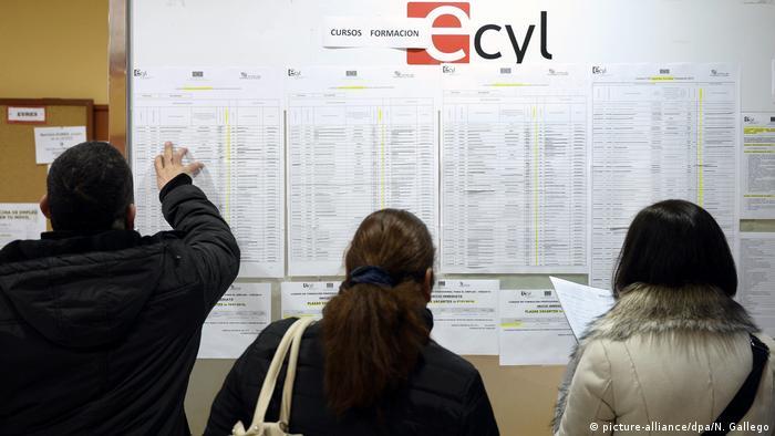 Personas buscan empleo en Valladolid, España.
