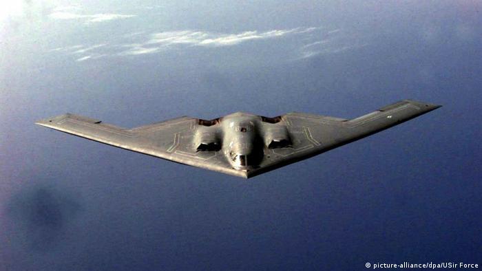 نورثروپ گرومن بی-۲ اسپیریت بمبافکن رادار گریز است که توانایی پرتاب جنگافزارهای هستهای و متعارف را دارد. این هواپیما قابلیت حمل هشتاد بمب هوشمند ۲۳۰ کیلوگرمی JDAM با سیستم جیپیاس یا ۱۶ بمب هستهای ۱۱۰۰ کیلوگرمی کلاس دی ۸۳ را دارد. بی-۲ با سوختگیری اولیه بیش از ۱۱ هزار کیلومتر پرواز میکند و اگر سوختگیری هوایی کند میتواند به هر نقطهای در جهان حمله کند.