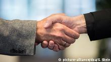 قضت المحكمة الإدارية في ولاية بادن فورتمبيرغ الألمانية بعدم حصول الطبيب المسلم على الجنسية لأنه يرفض مصافحة النساء لأسباب دينية.