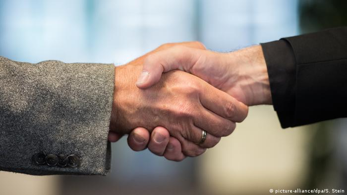 A handshake (file photo) (picture-alliance/dpa/S. Stein)