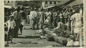 Pessoas em frente a uma pensão no século 20