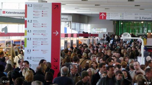 A crowd of people fills the exhibition hall in Frankfurt for the Frankfurt Book Fair Photo: Petra Lambeck
