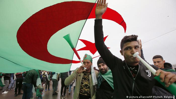 Algerien, Freitagsdemo (picture-alliance/AP Photo/A. Belghoul)