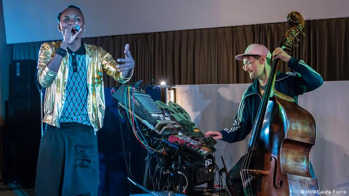Rwandan rapper Eric1key with contrabassist Klaus Janek at a performance of Rwandan records (HKW/Laura Fiorio)