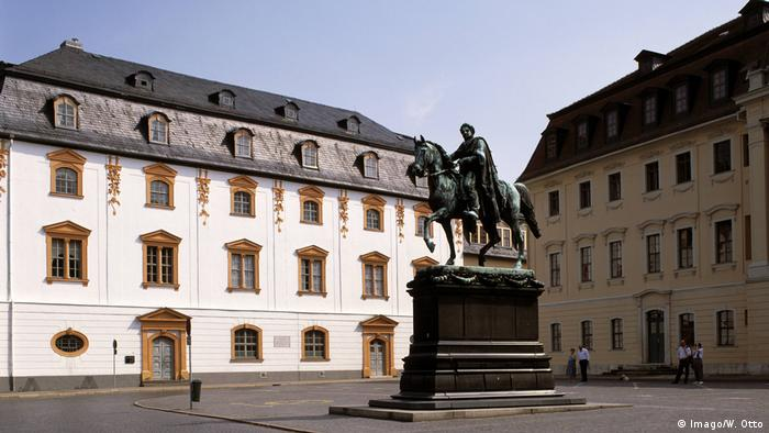 Public square in Weimar with the Anna Amalia Library and the statue of a horseman (Imago/W. Otto)