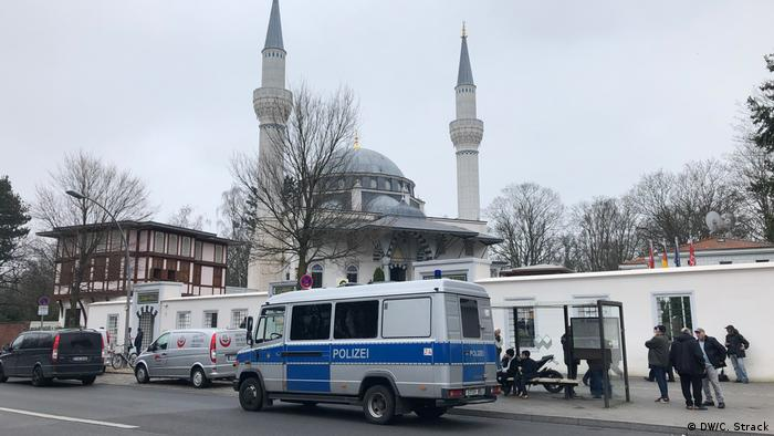 Police protection outside a Mosque in Berlin (DW/C. Strack)