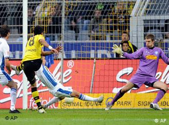 Dortmunds Lucas Ramon Barrios trifft hier zum 1:0 gegen Bochum (AP Photo/Martin Meissner)