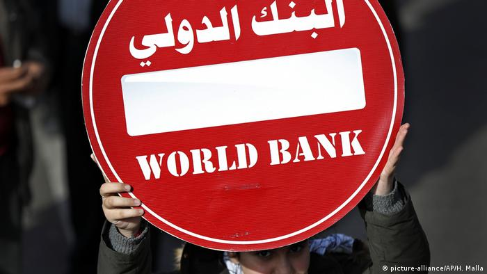 Penduduk antara lain meluapkan amarah terhadap lembaga keuangan internasional seperti IMF atau Bank Dunia yang dianggap gagal membantu Lebanon.