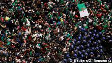 BdTD - Algerien Polizisten in Algier versuchen Protestierende aufzuhalten