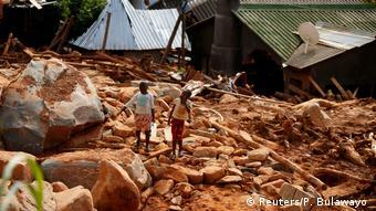 Mosambik,Chimanimani: Kinder tragen Trinkwasser