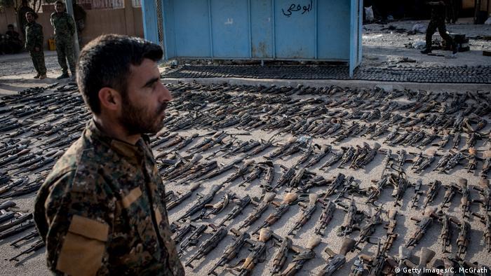 Syrien Al Mayadin SDF Kämpfer mit beschlagnahmten Waffen des IS