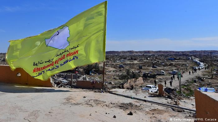 Syrien SDF Flagge in Baghouz (Getty Images/AFP/G. Cacace)