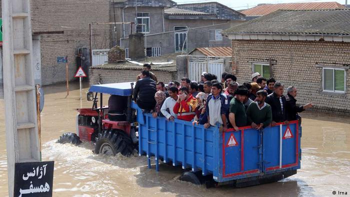 شمار زیادی از روستاها در شهرهای آققلا، بندر ترکمن و گمیشان خالی از سکنه شدهاند. امانگلدی ضمیر، فرماندار آققلا، میگوید ۷۰ درصد این شهر در محاصره سیل قرار گرفته است. تا اواسط روز شنبه، سوم فروردین (۲۳ مارس) بیش از هشت هزار نفر اسکان اضطراری داده شدهاند.