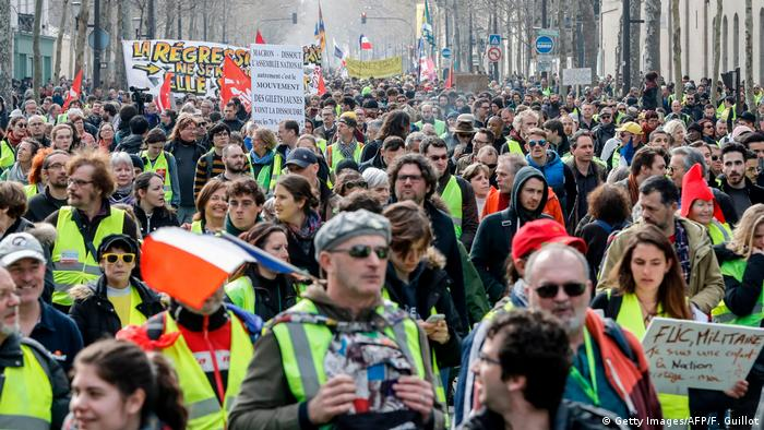 Yellow Vest Protests France Avoids Second Week Of Violence Amid Tight Security News Dw 23 03 2019