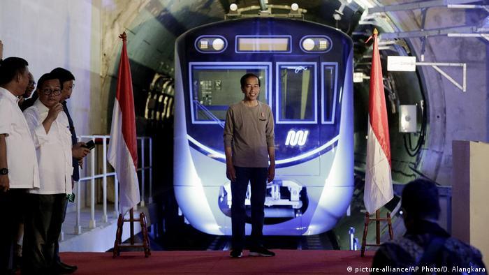 Джокови на откриването на нова линия на метрото в Джакарта