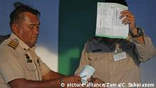 An election commission official seen displaying a ballot paper to the media while counting votes during Thailand's general election at a polling station in Nonthaburi province (picture-alliance/Zuma/C. Subprasom)