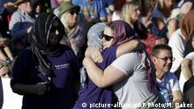 24.03.2019 +++ People embrace in a show of love during a vigil in Hagley Park following the March 15 mass shooting in Christchurch, New Zealand, Sunday, March 24, 2019. (AP Photo/Mark Baker) |