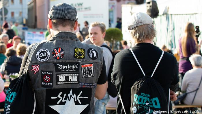 Two people attend an anti-far-right festival in Ostritz (picture-alliance/dpa/D. Schäfer)