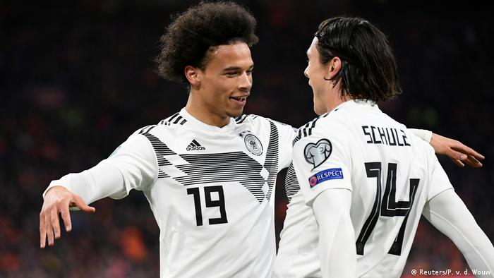 Leroy Sané comemora com Schulz o gol que abriu o placar contra a Holanda