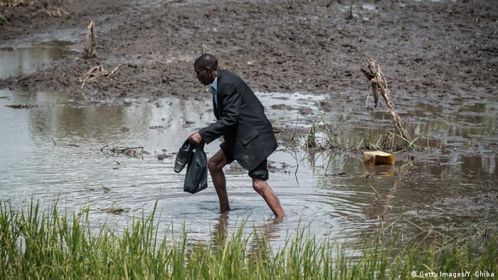 Vierlorts, wie hier im Dorf John Segredo, steht noch das Wasser