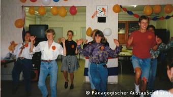 Mehrere Stipendiatinnen und Stipendiaten des Prämienprogramms des Pädagogischen Austauschdienstes tanzen